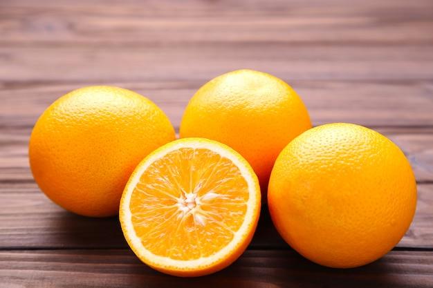 Dojrzała pomarańczowa owoc na brown tle