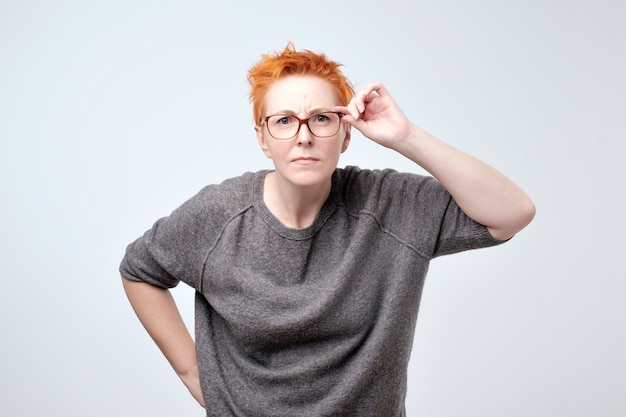 Dojrzała ruda kobieta w szarej bluzce