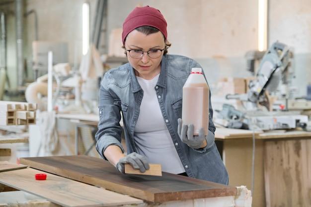 Dojrzała rzemieślniczka pracuje w woodshop
