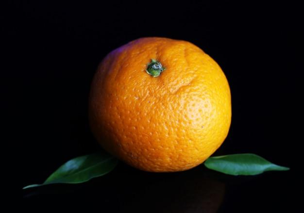 Dojrzała słodka mandarynka, na ciemnym kolorze