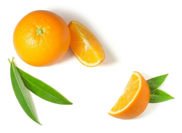 Dojrzała soczysta słodka pomarańcza i plasterki na białym tle