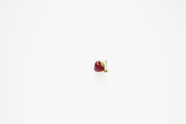Dojrzała truskawka na białej powierzchni