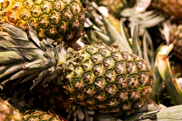 Dojrzałe ananasy na ladzie w sklepie. zbliżenie.
