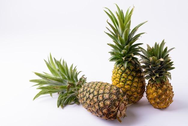Dojrzałe ananasy o różnych rozmiarach izolowane