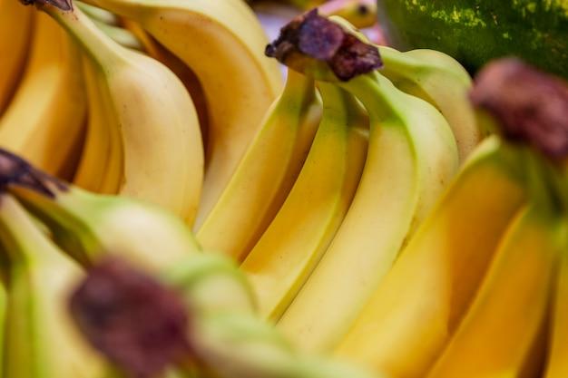 Dojrzałe banany na ladzie rynkowej. witaminy i zdrowa dieta. zbliżenie.