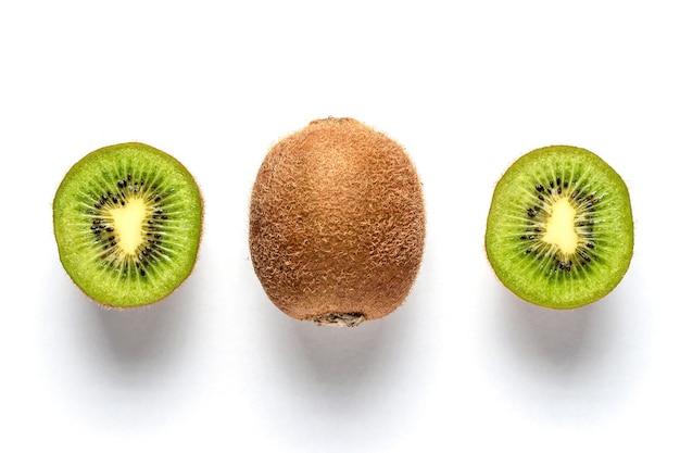 Dojrzałe całe owoce kiwi i pół kiwi na białym tle.
