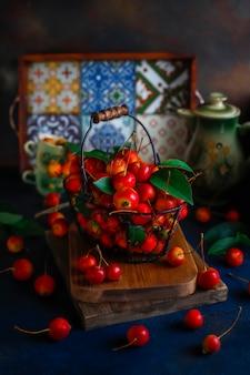 Dojrzałe czerwone jabłka w koszyku żywności przechowywania