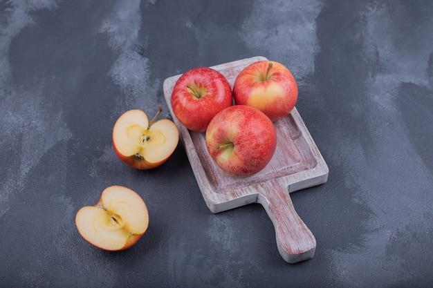 Dojrzałe czerwone jabłka