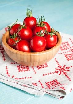 Dojrzałe czerwone pomidory czereśniowe w misce