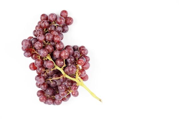 Dojrzałe czerwone winogrona na białym tle, świeżość