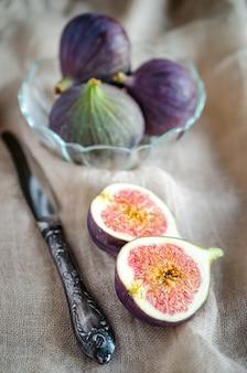 Dojrzałe figi przekrój na rustykalnym tle