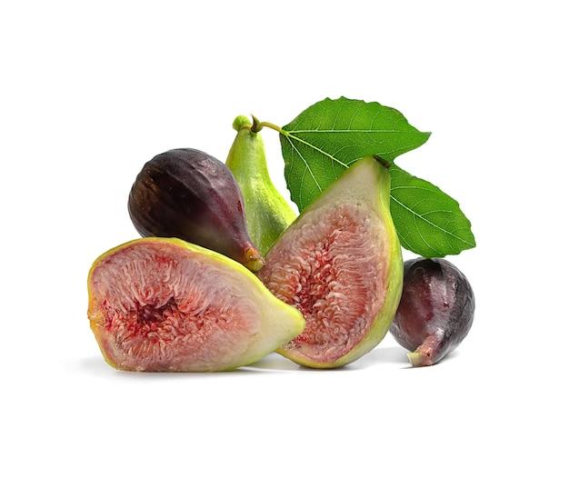 Dojrzałe figi z zielonym prześcieradłem na białym tle