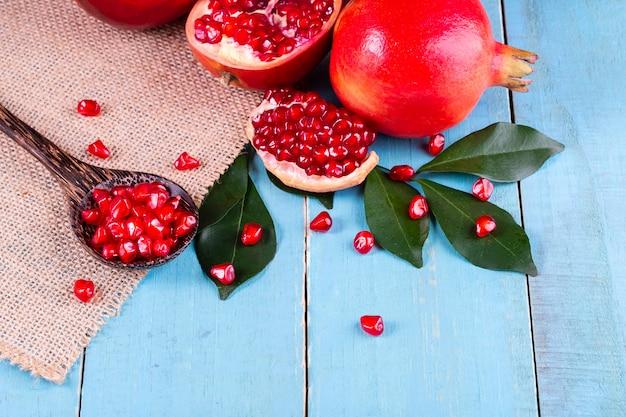 Dojrzałe granatowiec owoc na drewnianym tle