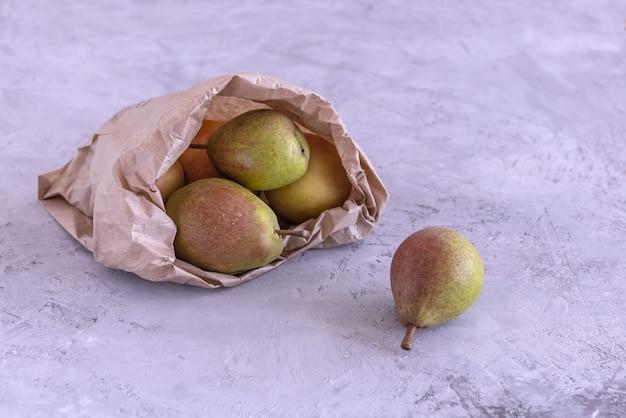 Dojrzałe gruszki ekologiczne w papierowej torbie