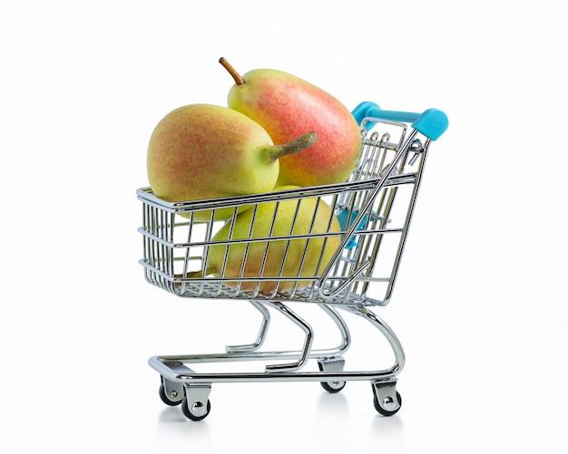 Dojrzałe gruszki w wózku supermarketu
