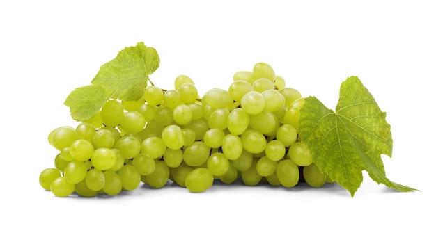 Dojrzałe i słodkie zielone winogrona z liśćmi na białym tle.