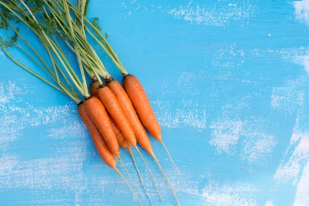 Dojrzałe i świeże marchewki na stole