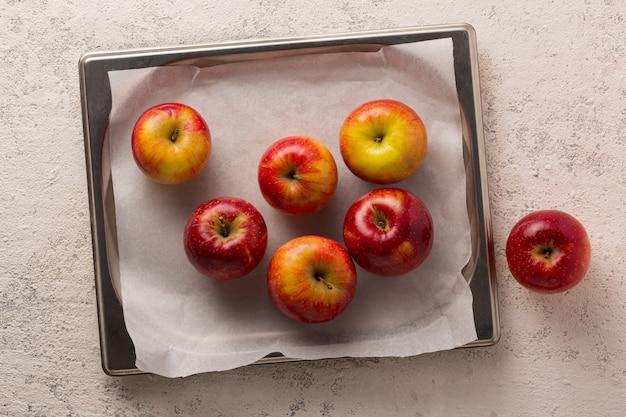 Dojrzałe jabłka do nadzienia do szarlotki. widok z góry