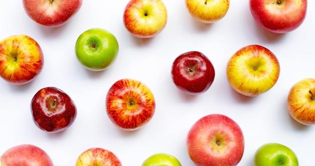 Dojrzałe jabłka na białym tle. skopiuj miejsce