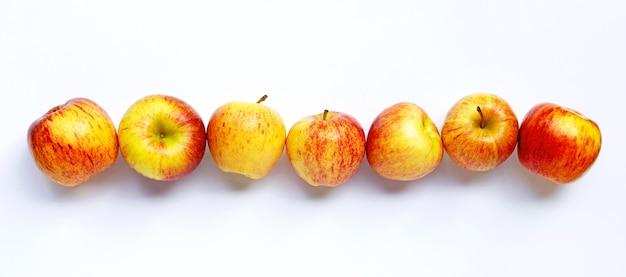 Dojrzałe jabłka na białym tle. widok z góry