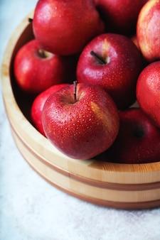 Dojrzałe jabłka starking w drewnianej misce. zrównoważona koncepcja przechowywania.