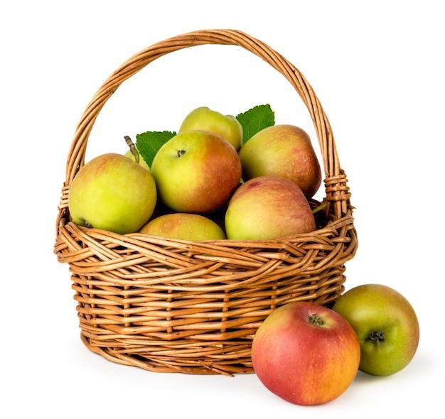 Dojrzałe jabłka w makro koszu na białym tle. odosobniony