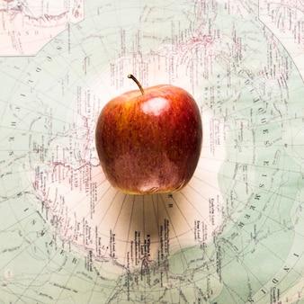 Dojrzałe jabłko na mapie