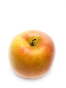 Dojrzałe jabłko na odosobnionej białej powierzchni