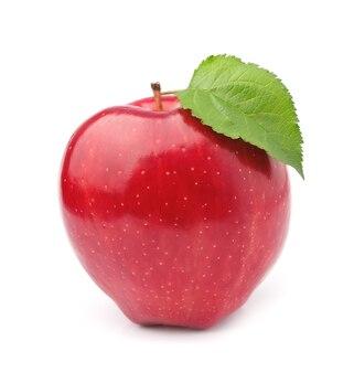 Dojrzałe jabłko z liśćmi na białym tle na białej ścianie.