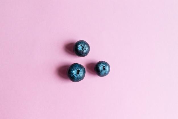 Dojrzałe jagody jagodowe na różowym tle