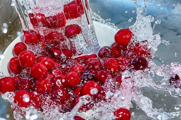 Dojrzałe jagody wiśni w aerozolu wody