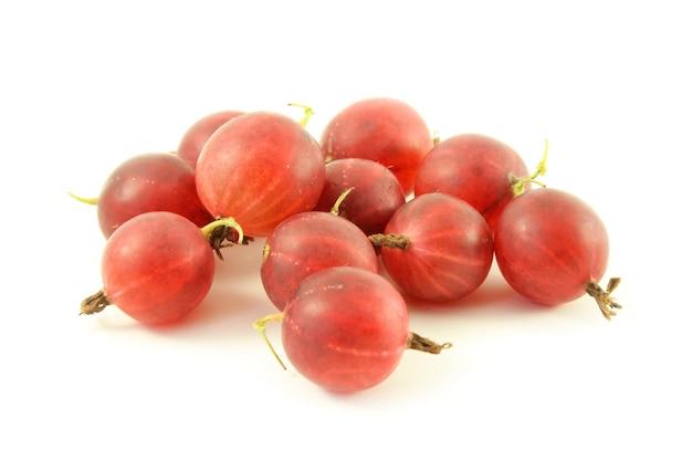 Dojrzałe jagody z bliska czerwony agrest na białym tle