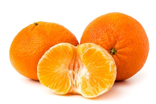 Dojrzałe mandarynki i pół na biały, z bliska.