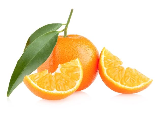 Dojrzałe mandarynki na białym tle