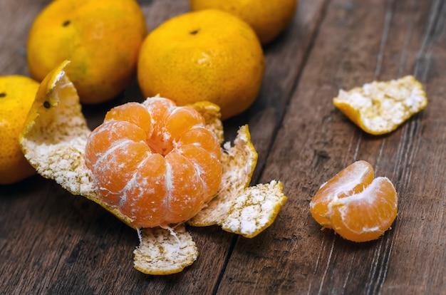 Dojrzałe mandarynki na drewnianym