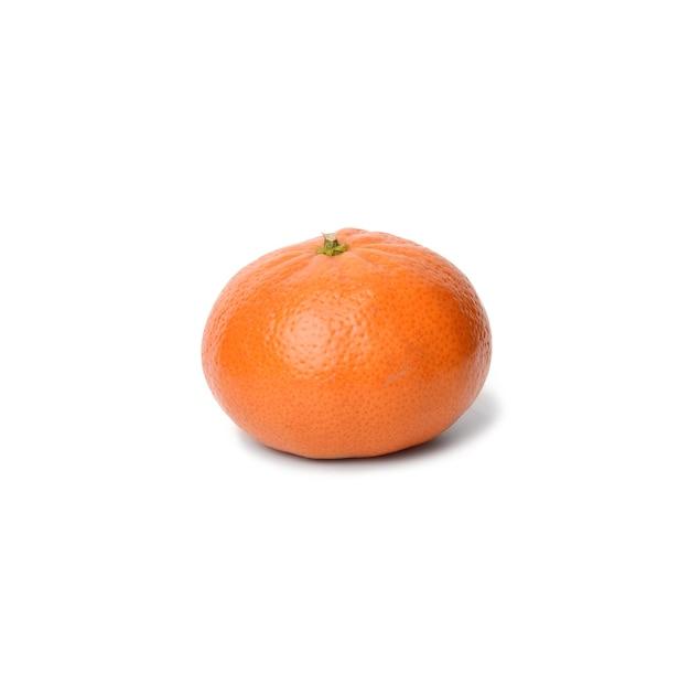 Dojrzałe mandarynki pomarańczowy na białym tle, z bliska