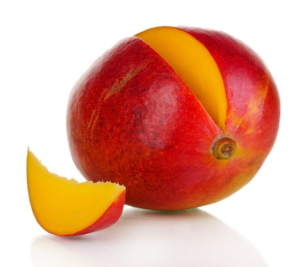 Dojrzałe mango apetyczny na białym tle