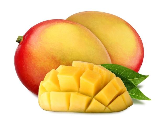 Dojrzałe mango na białym tle na białym tle ze ścieżką przycinającą. dwa całe i pół mango z liśćmi. bukiet owoców tropikalnych.