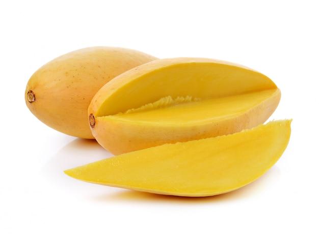 Dojrzałe mango na białym tle