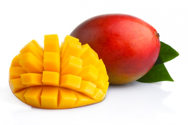 Dojrzałe mangowe owoc z plasterkami odizolowywającymi na bielu