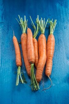 Dojrzałe marchewki na niebiesko