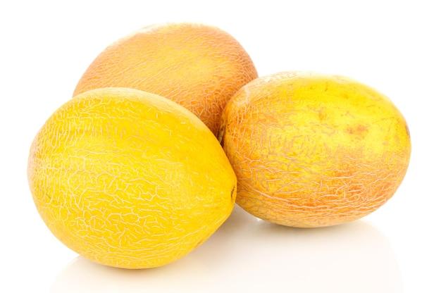 Dojrzałe melony na białym tle