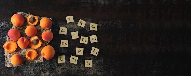 Dojrzałe morele i nazwy zawartych w nich witamin i mikroelementów.