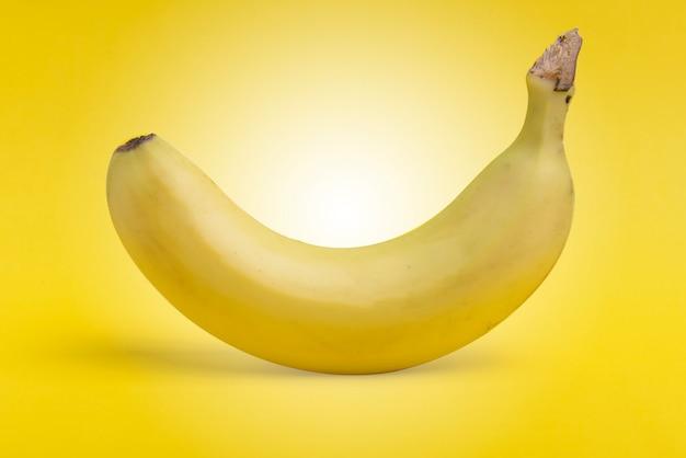 Dojrzałe owoce banana na żółtym tle