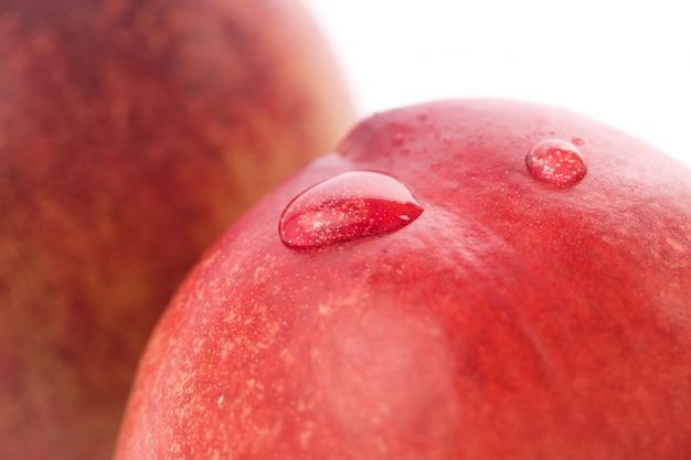 Dojrzałe owoce brzoskwini samodzielnie na białym tle wycinanka