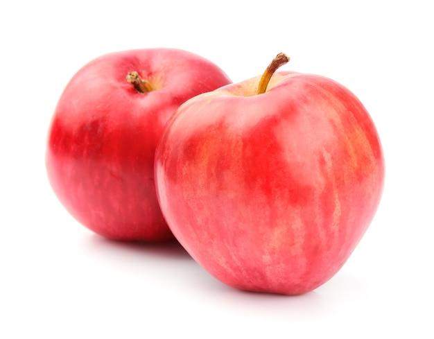 Dojrzałe owoce jabłka z bliska na białym tle