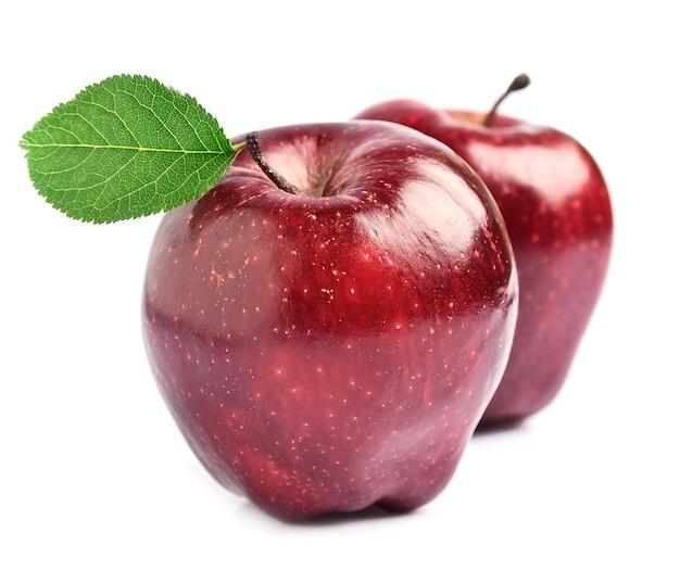 Dojrzałe owoce jabłka z liśćmi na białym tle