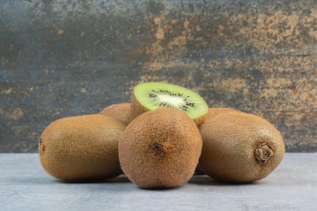 Dojrzałe owoce kiwi na kamiennym stole