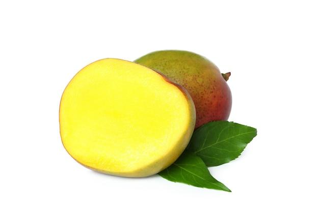 Dojrzałe owoce mango izolowane na białej powierzchni