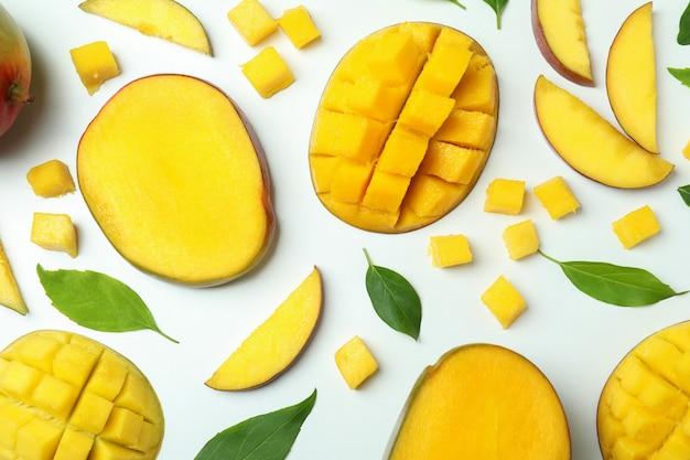 Dojrzałe owoce mango na białej powierzchni, widok z góry